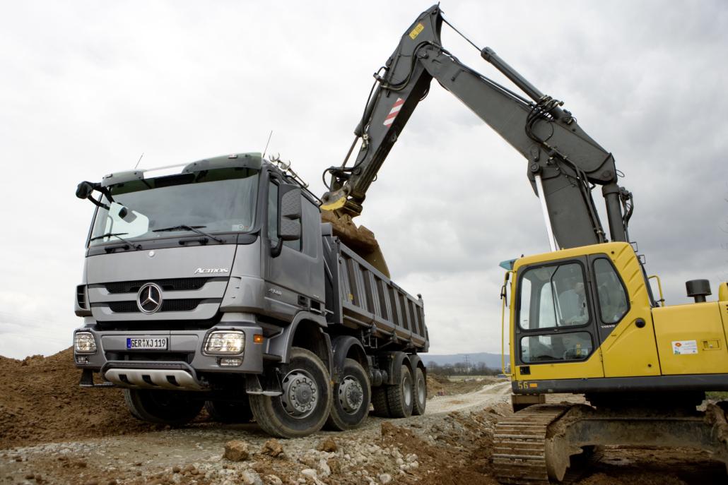 Baugewerbe Bild mit LKW und Bagger